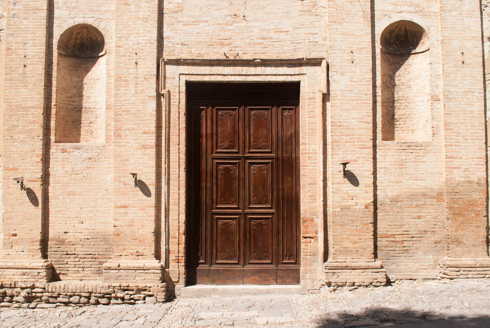 A large, spartan door in Bevagna